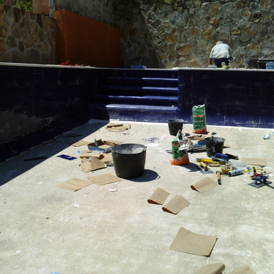 piscina de gresite azul marino