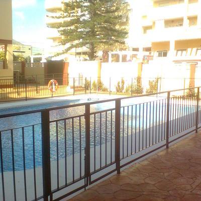 Urbanización y piscina comunitaria