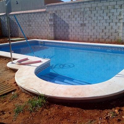 piscina con escalera romana lateral