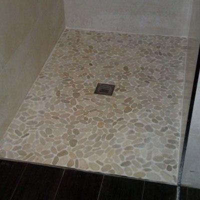 Plato de ducha de obra a nivel del suelo.