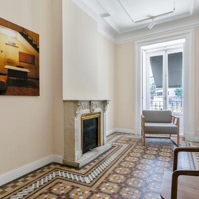 Salón con mosaico hidráulico y chimenea de mármol