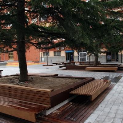 plaza publica bancos y tarima de iroko macizo