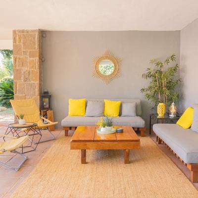 Porche exterior jardín tras intervención de Home Staging