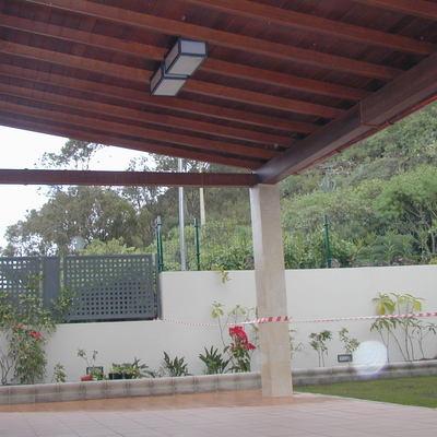 Porche de Jardín de una vivienda de estilo semirústico