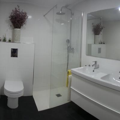Panoramica de reforma acabada de baño