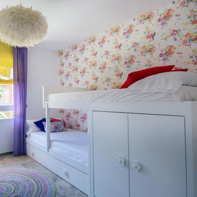 Dormitorio con plumas y colores para disfrutar