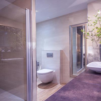 Gran baño abierto al dormitorio