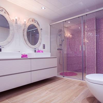 Baño en rosas y madera con 2 duchas y 2 lavabos para dos preciosas niñas