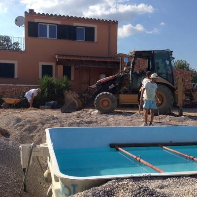 Preparación terraza piscina con excavadora