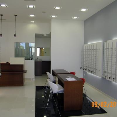 Proyecto, decoración y acondicionamiento de óptica en Lalín.