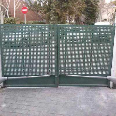 Puerta abatible de dos hojas automatizada