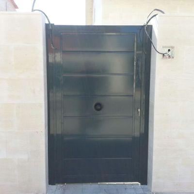 Puerta abatible panelada