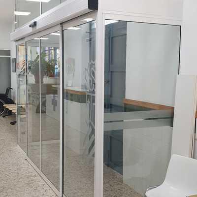 Puerta corredera automática de cristal