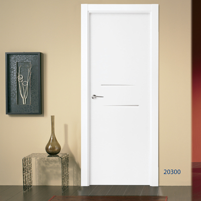 Puerta blanca con diseño