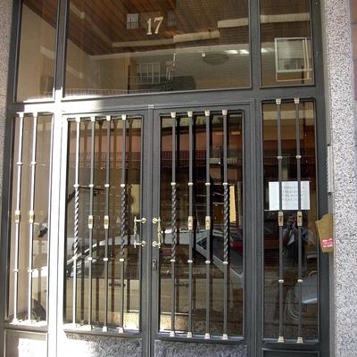 Puerta comunidad combinada con latón