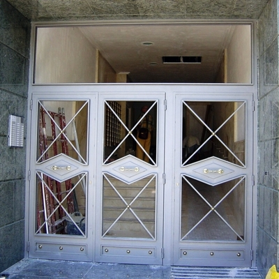 Puerta con acceso para minusvalidos motorizada