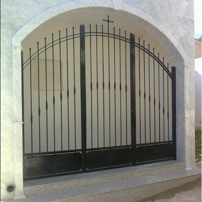 Puerta de cementerio