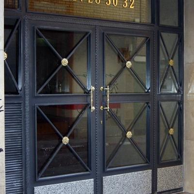 Puerta de comunidad con zócalo de marmol