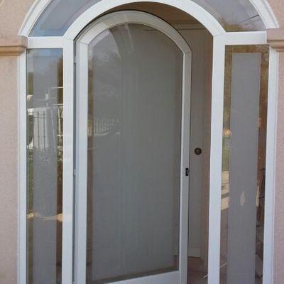 Puerta de entrada con curva en blanco