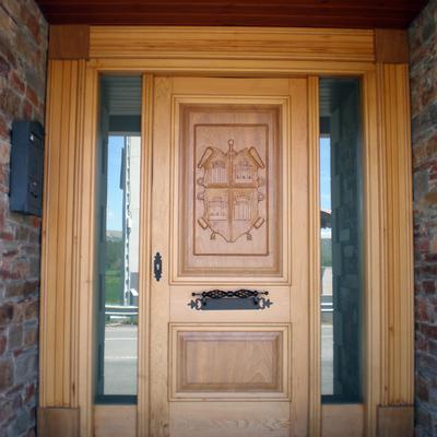 Puerta de Entrada con escudo tallado a mano