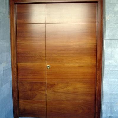 Puerta de entrada en madera maciza de cerezo