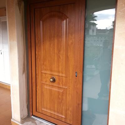 Puerta de entrada en PVC.