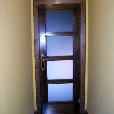 Puerta de madera con cristales