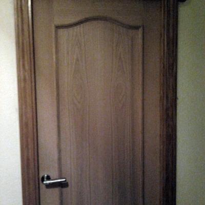 Puerta de madera maciza.