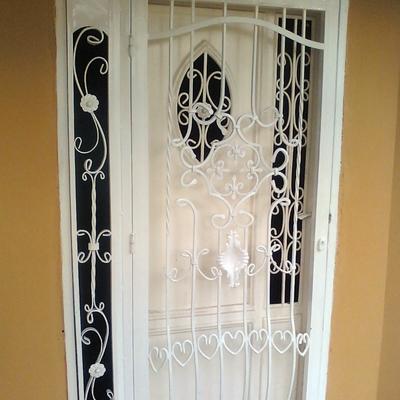 Puerta de seguridad con diseño- Entrada.