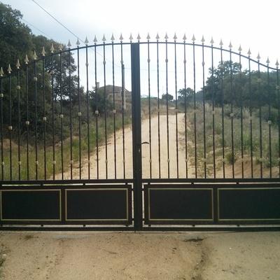Puerta de metálica de dos hojas practicables