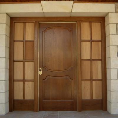 Puerta entrada con un fijo a cada lado