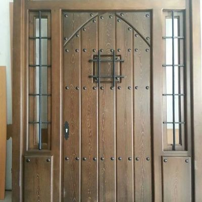 puerta entrada teñida en. nogal