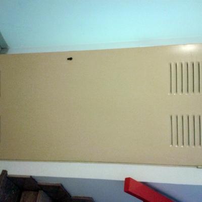 Puerta escalera pintada.