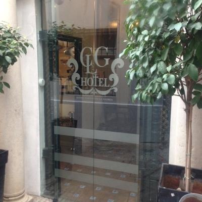 Puerta automática de vidrio en Hotel