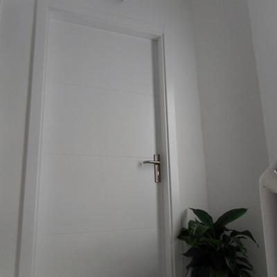 Puerta lacada blanca.