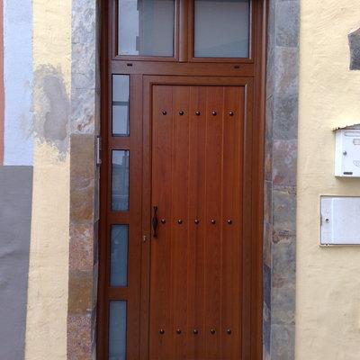 puerta con fijos lateral y superior en color madera