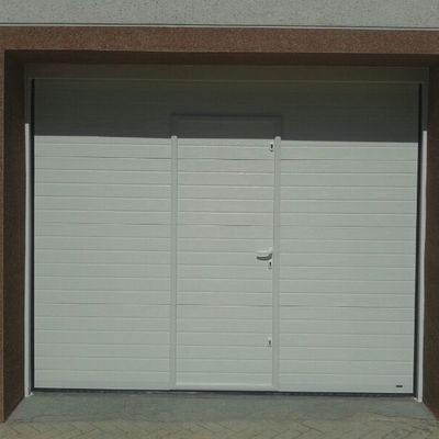 Puerta seccional acanalada con puerta peatonal.