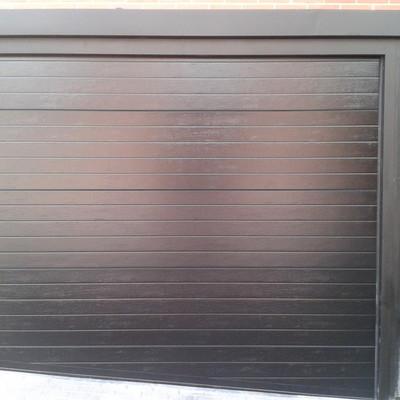Puerta seccional acanalada gris plateado