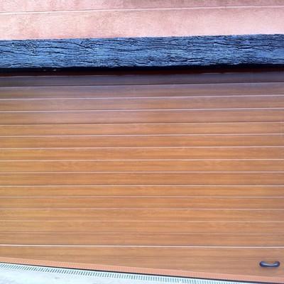 Puerta seccional acanalada madera clara