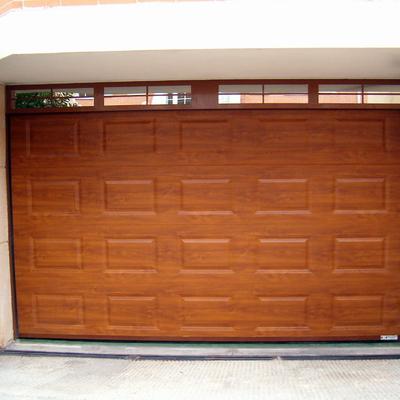 Puerta seccional color madera cuarterones