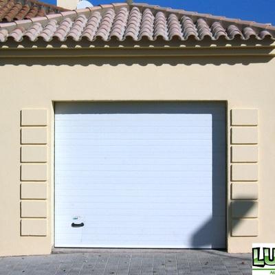 Puerta Seccional en color blanco