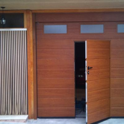 Puerta seccional con peatonal incorporada