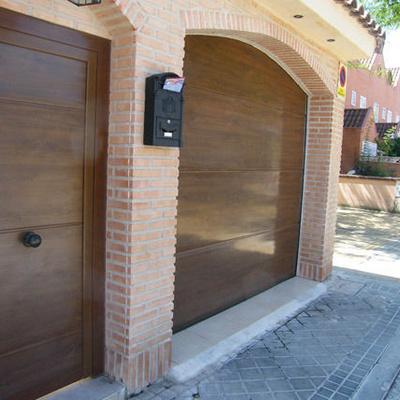 Puerta seccional en imitacion madera superliso con peatonal a juego de aluminio