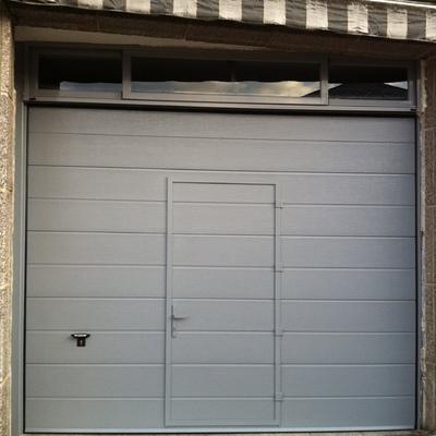 puerta seccional con puerta peatonal