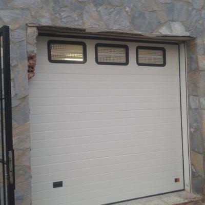 Puerta seccional con ventanas