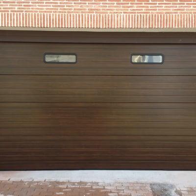 Puerta seccional imitación madera nogal