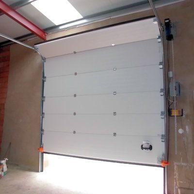 Puerta seccional industrial, motorización a eje.