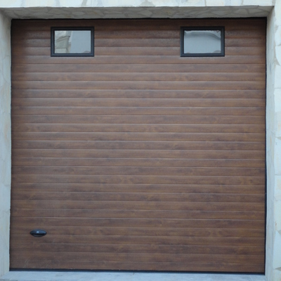 Puerta seccional madera oscura con ventanas