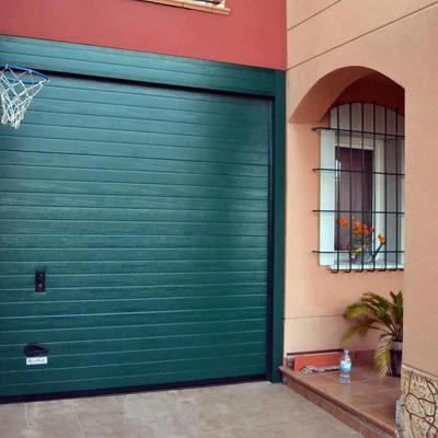 Puerta seccional residencial.