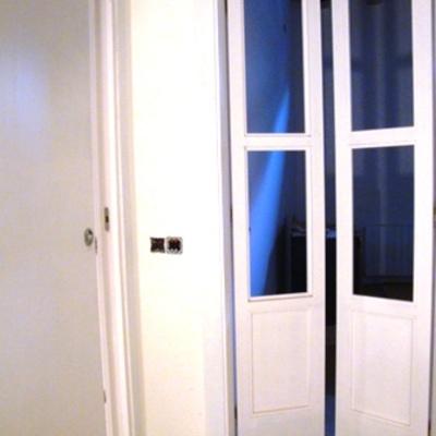 Puertas abatibles en DM pintado blanco con cristal